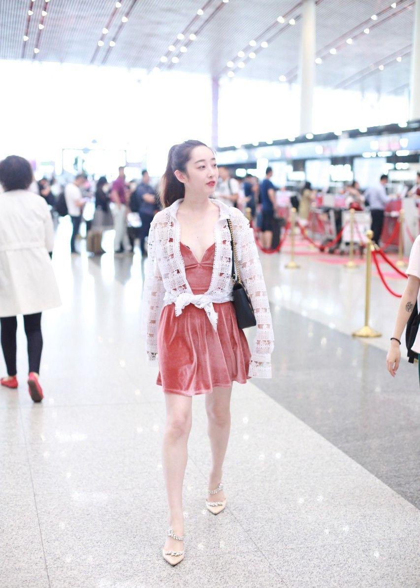 蒋梦婕现身机场,网友:红裙超短惹人醉!