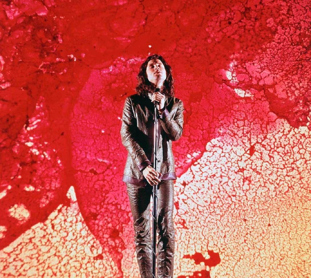 "1967,Life杂志摄影师Yale Joel拍摄的""The Doors""乐队主唱"