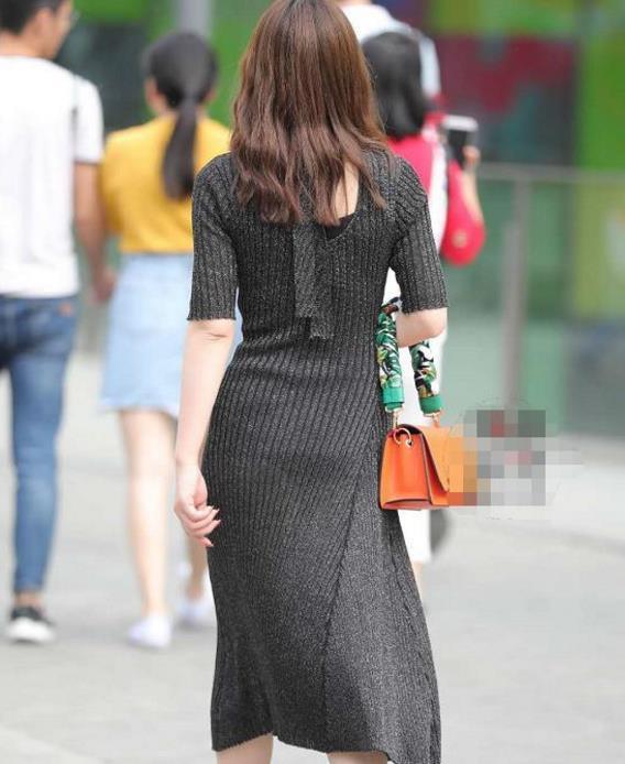 街拍:40岁辣妈人老心不老,走路的姿态依然那么优雅,