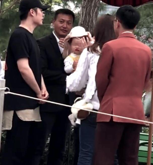 陈赫2岁女儿正面首曝光,五官超像陈赫,大长腿遗传张子萱