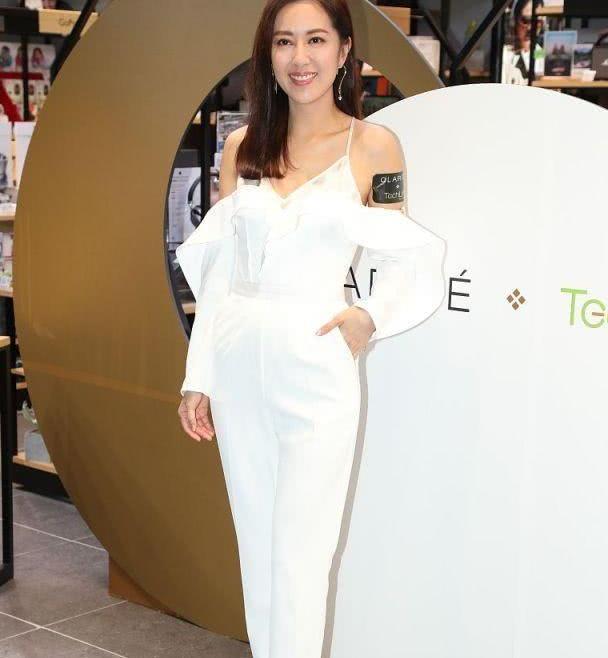 """女演员现身商场,穿纯白色一字型裤装,戴""""问号""""耳环甜美时尚"""