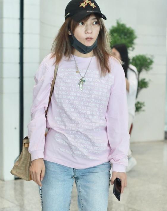 赵薇身穿粉色上衣素颜现身,双眼依旧是十分的有神电力十足!