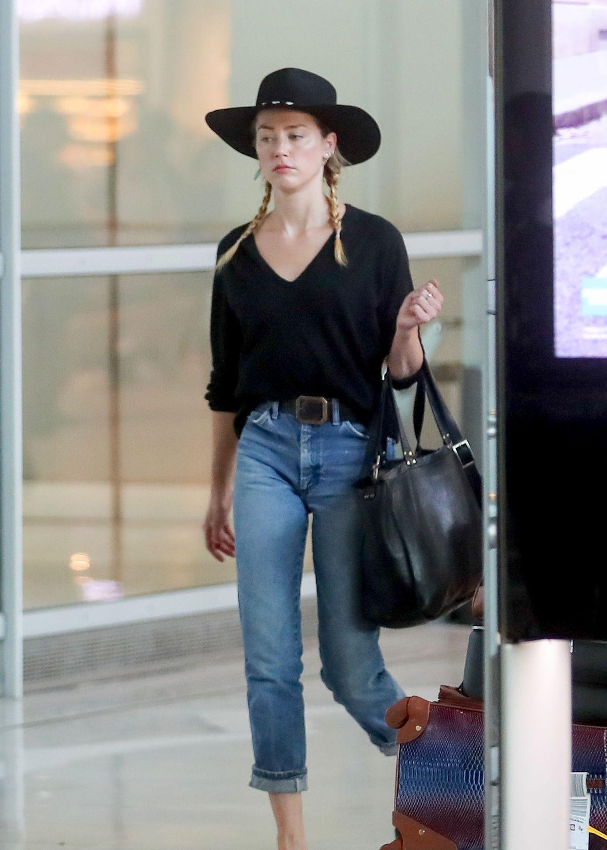 艾梅柏·希尔德素颜现身机场,网友:德普前妻确实很会穿搭!