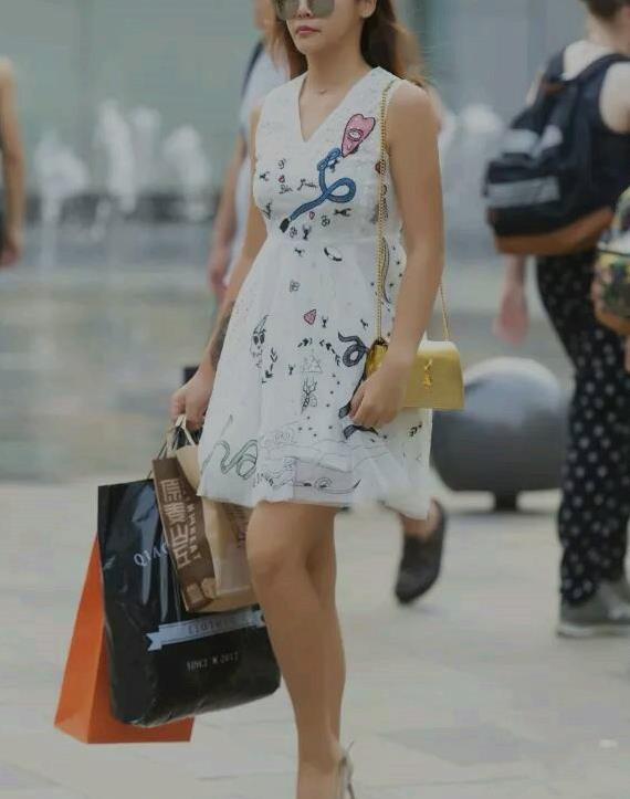 路人街拍:小姐姐身穿白色卡通连衣裙,清纯好看尽显潮流范