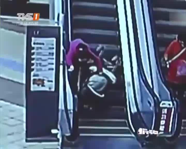 点赞婴儿车扶梯上侧翻外卖哥眼疾手快扔饭救小孩