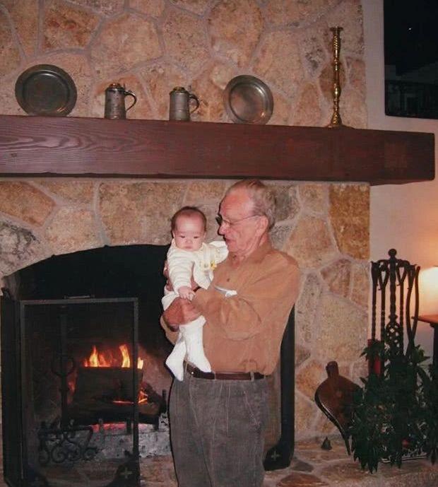 邓文迪小女儿晒照为老爸庆生,88岁默多克庄园遛狗状态好