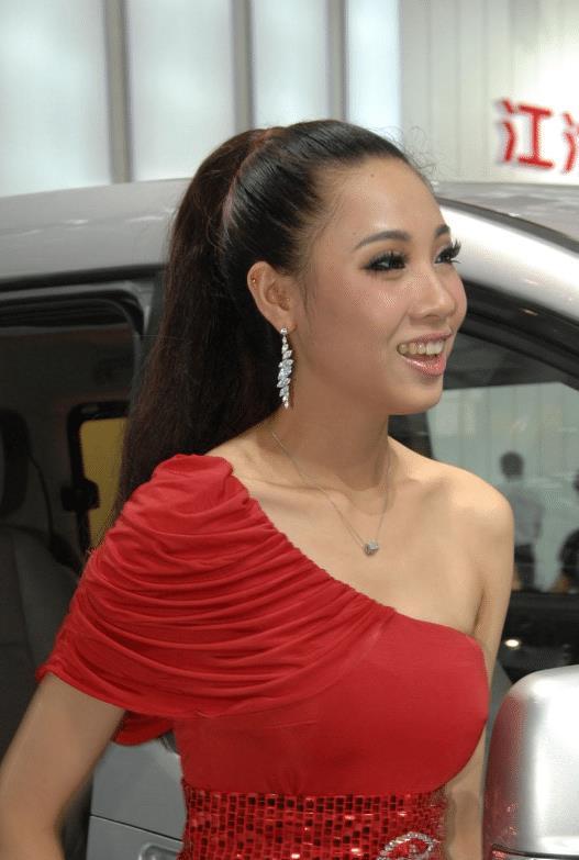 """号称""""微笑恶魔""""车模签约江淮,展台上一个甜笑,就吸引车友围观"""