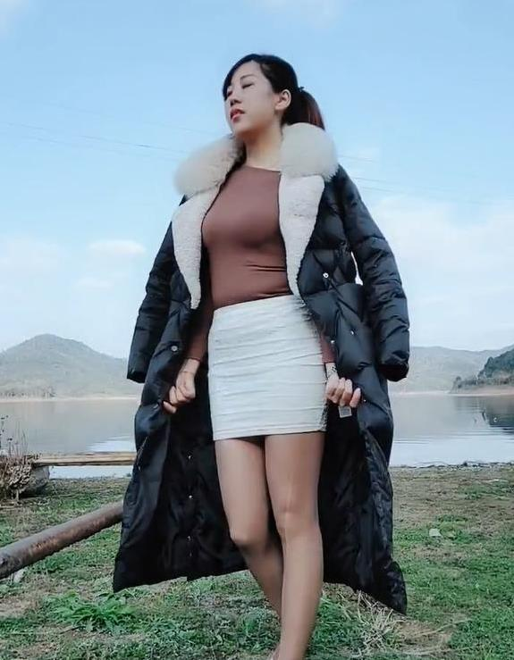 街拍小姐姐,包臀裙美女的冬季形象,加个羽绒服,穿出不凡的魅力