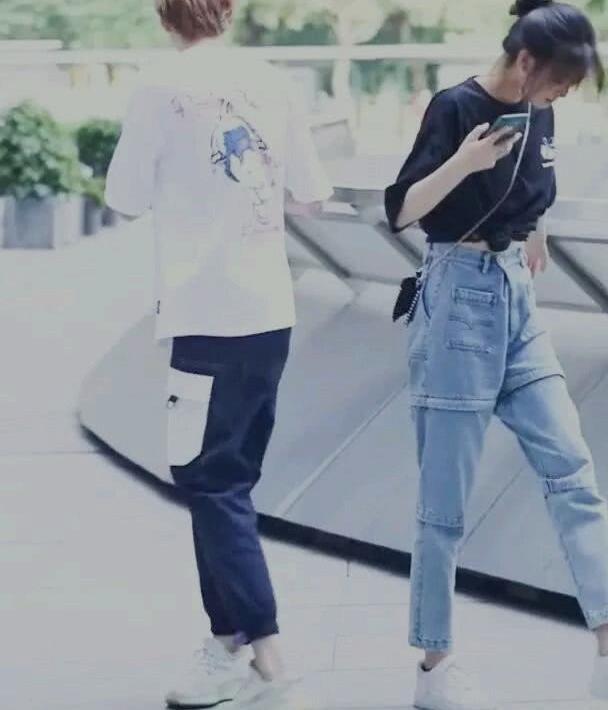 """路人街拍:小姐姐黑色T恤+""""短层裤""""十分有个性,尽显潮流感"""