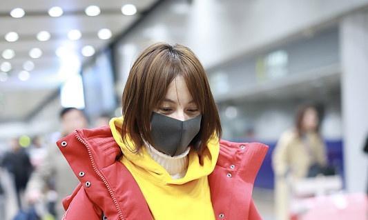 吴昕穿3千红袄还背近3百儿童包童真烂漫,36岁也能嫩回小学生