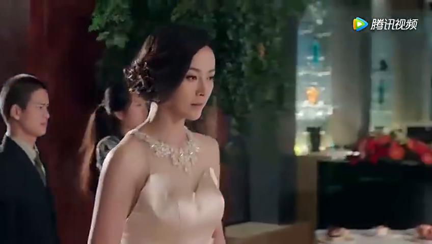 宴会上,老公嫌弃糟糠之妻带不出场,没想随意一打扮惊艳全场
