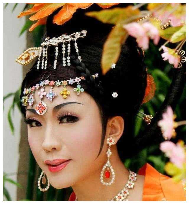 歌手李玉刚为何要隐婚?或许是妻子背景的原因?你认为呢?