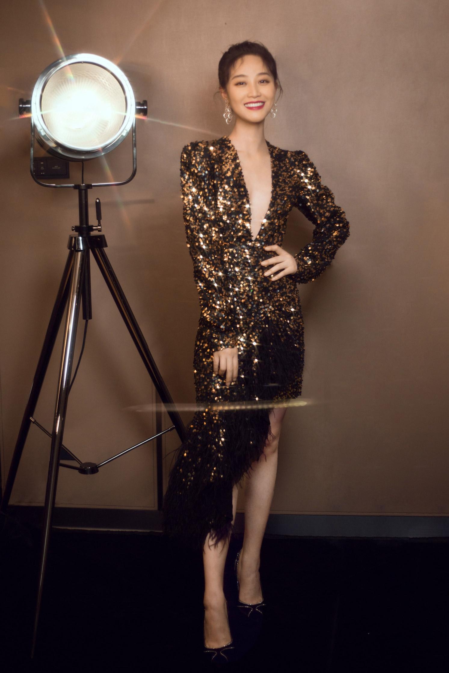 蓝盈莹不规则亮片裙化身人间美人鱼  于光影间散发时尚魅力