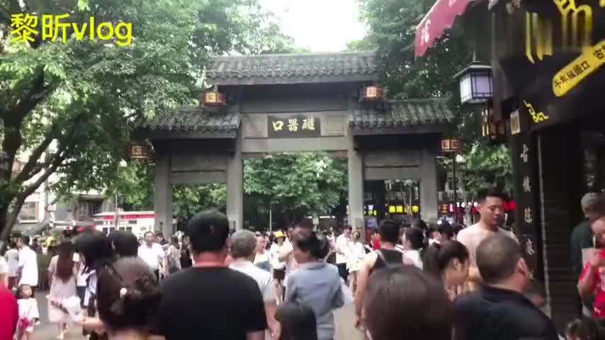 重庆是一个来了就不想走的城市,好玩的地方很多,全是帅哥美女