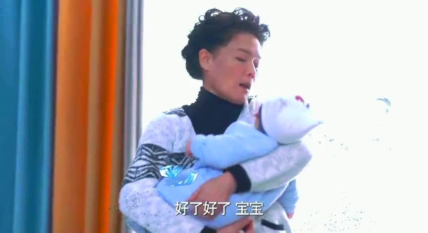 小婴儿一直哭闹,年轻妈妈耐不住性子,终于忍不住爆发了!