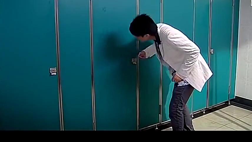 胡一菲冲进男厕所,误以为吕子乔是神父,二话不说就把他拽了出来