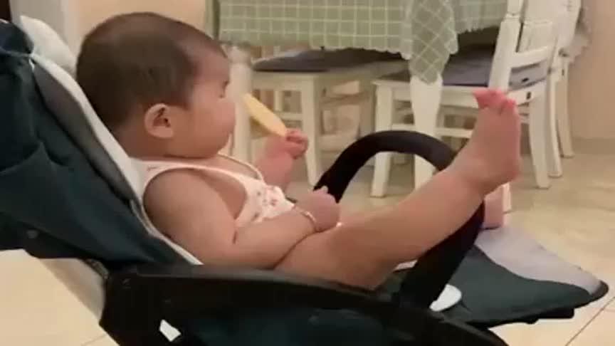 宝宝咿咿呀呀的学语,自言自语说不停,这小脚丫太抢镜了