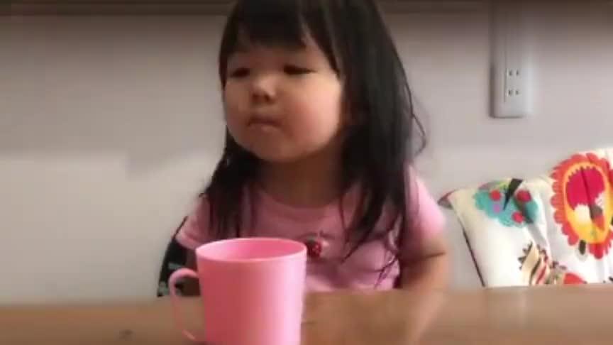 2岁6个月的宝宝吃药,结果宝宝的表现获无数网友赞叹,太乖萌了