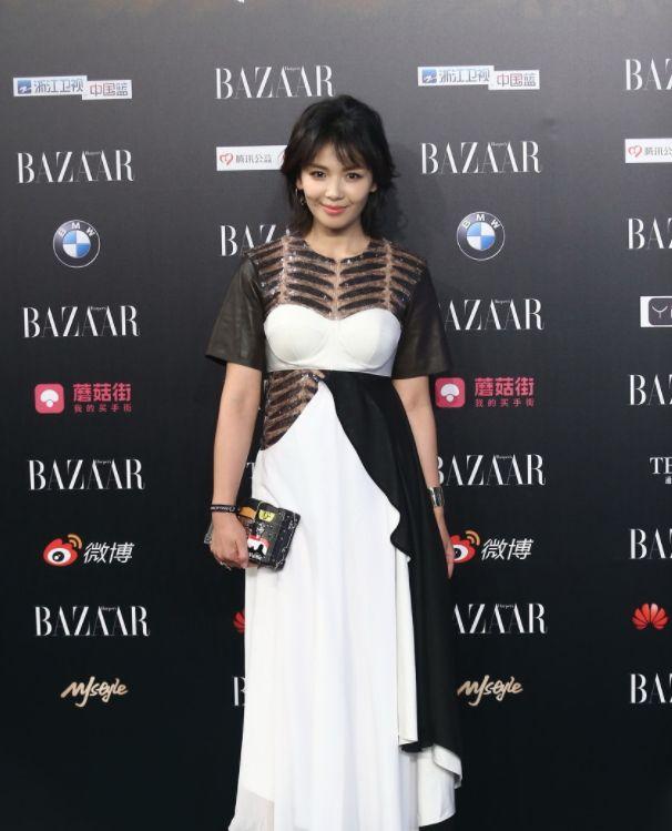 刘涛旧照,图2上面全用羽毛在遮挡,图4衣服上都是镂空蕾丝!