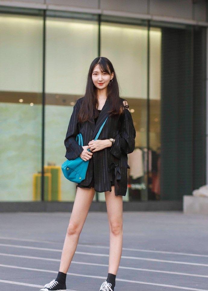 街拍:时尚潮流中又多了一份休闲感,清爽又迷人