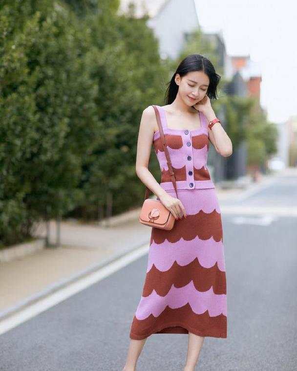 孟子义也太美了,穿4千6的针织套装裙凹造型,气质不输孙怡