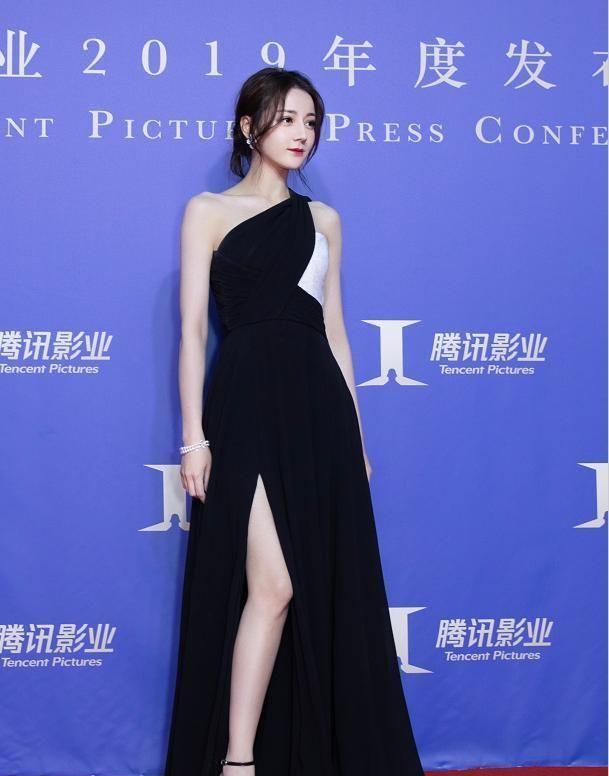 明星美照,图一女星迪丽热巴,身穿高叉裙简约大气自带高级感