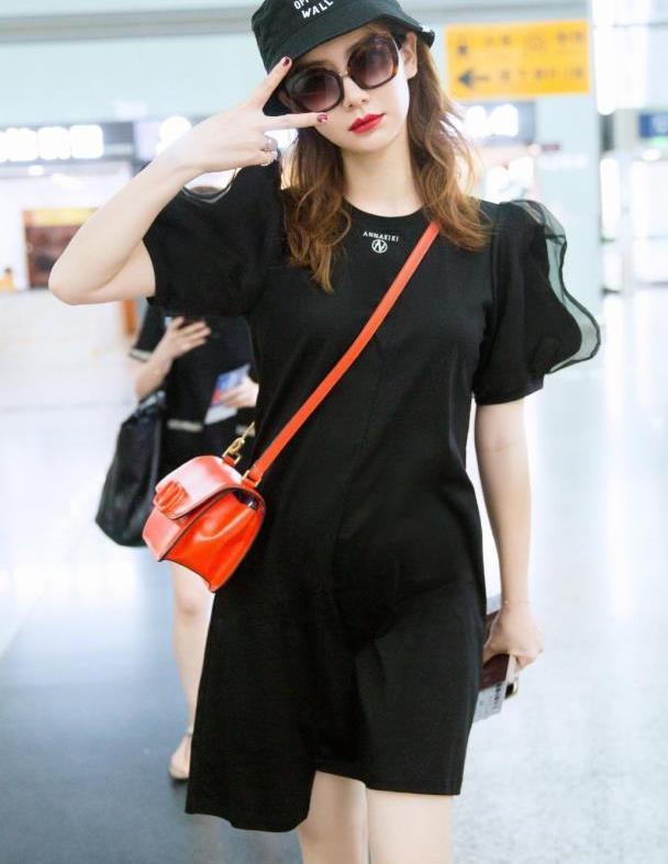 戚薇机场再秀超强搭配功底!一袭黑T恤裙尽显时尚女王范,真会穿