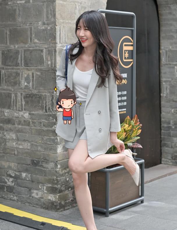 """路人街拍:小姐姐走""""韩系职场风"""",简约的搭配,具有潮流魅力"""