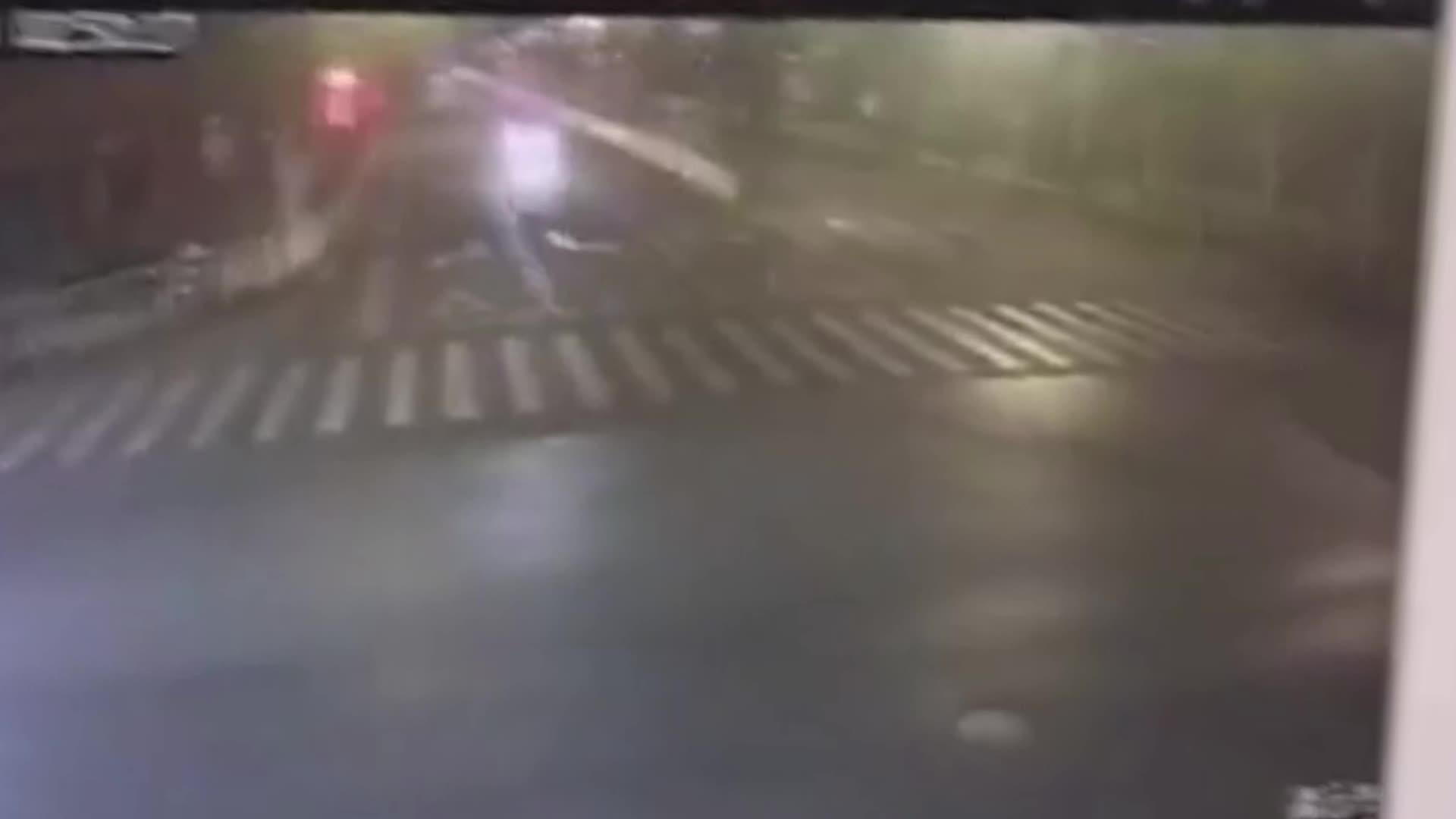 火花四射飞溅!小车凌晨街头极速狂飙冲上平台腾空侧翻