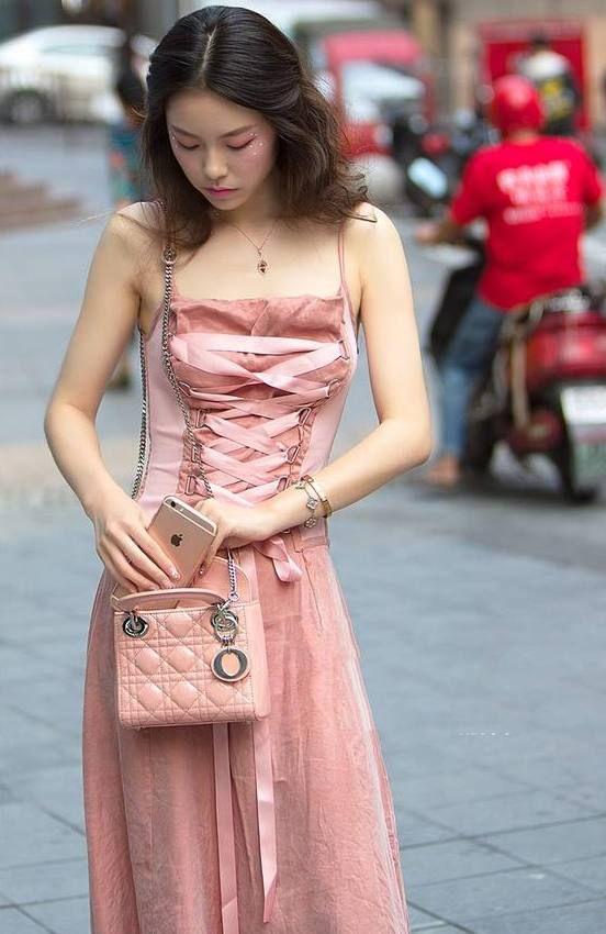街拍:图1美女优雅动人惹人爱,气质出尘,走到哪都是焦点!