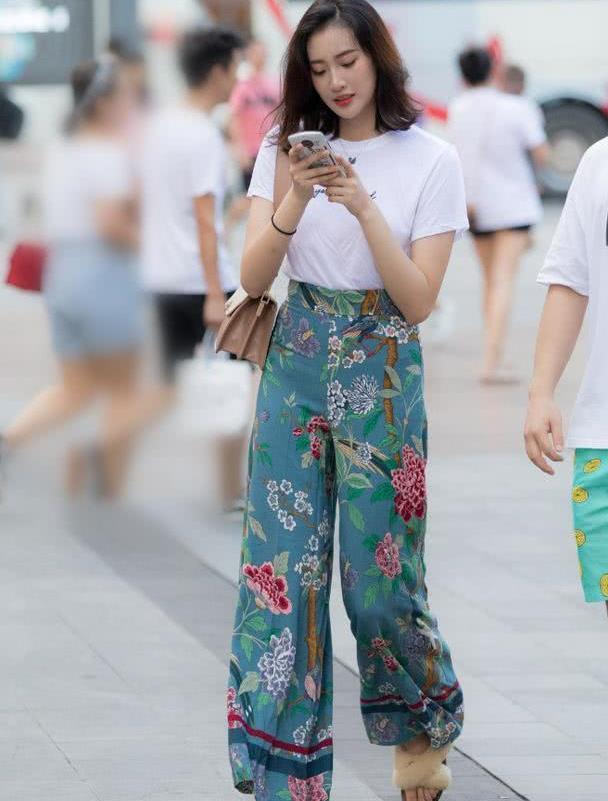 路人潮流街拍:几款气质出众的小姐姐,穿衣搭配美得清新!