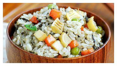 还在用香菇煲汤吗?殊不知它是素炒饭重要原料,这么做营养翻倍