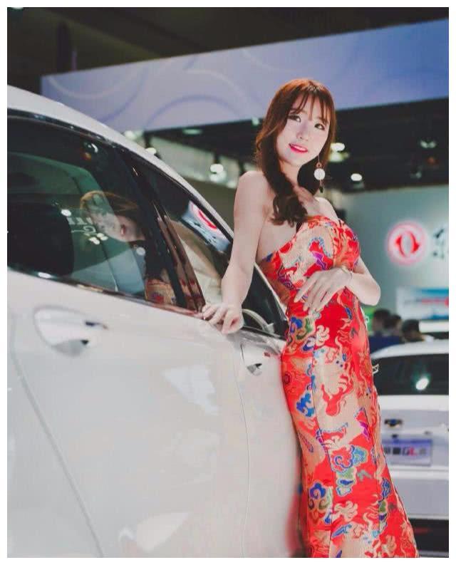 """又一""""黑马""""诞生,奇瑞全新旗舰SUV亮相,车模穿旗袍助威"""