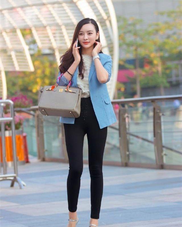街拍:春光明媚,小姐姐穿淡蓝色小西服、黑裤子,时尚洋气