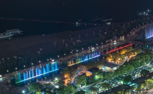 秋水广场,位于赣江之滨,和对面的滕王阁隔江相望