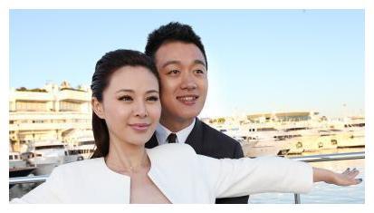 他和自己的妻子是师生恋,出道至今零绯闻,如今还有了三个孩子