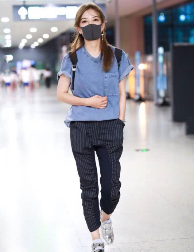 赵薇携女儿现身机场,素颜皮肤蜡黄眼袋明显,不老女神全靠P!