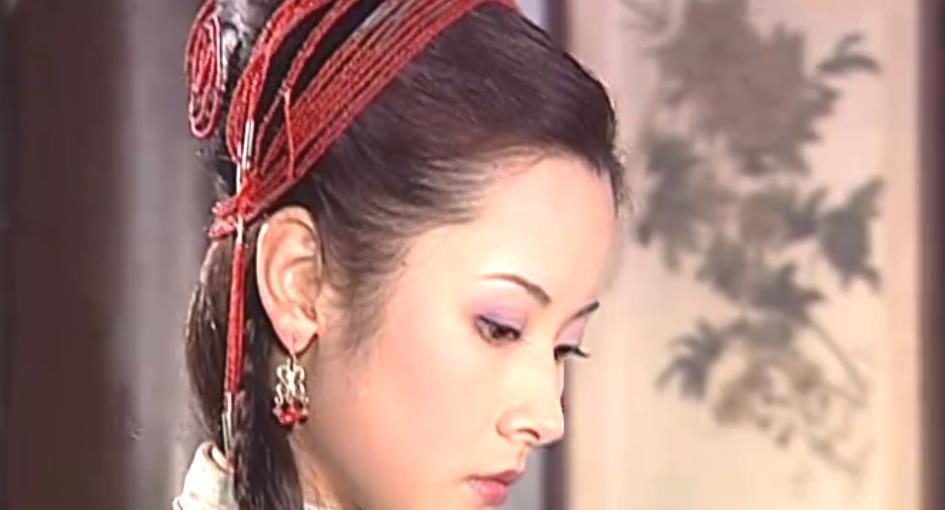 《少林七崁》中杨明娜扮演黑猫珠,同时上演着偶像剧和悬疑剧