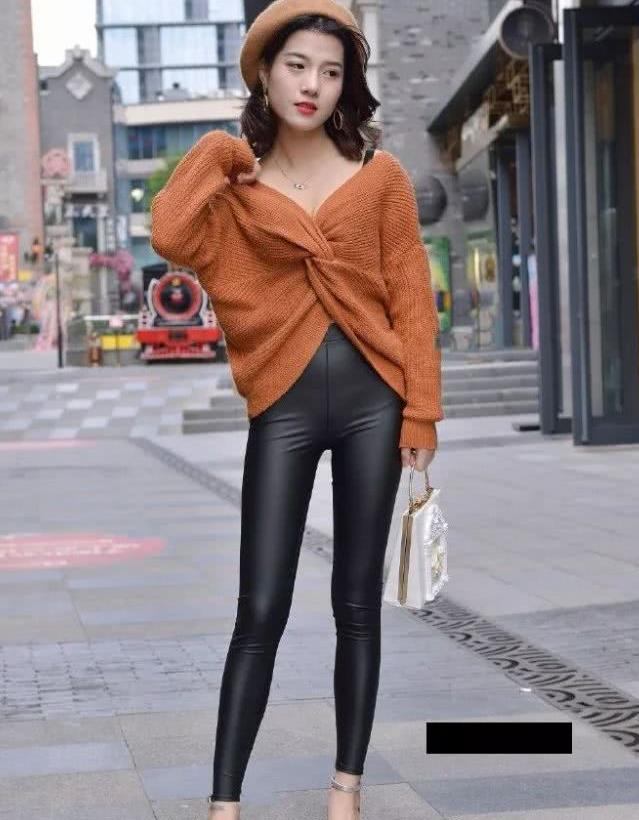 路人街拍:敢穿皮裤出门的小姐姐,对身材肯定很有自信吧!