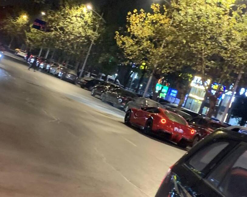 南通中南城街头实拍法拉利GTC4跑车炸街,轰鸣声响彻整条街!