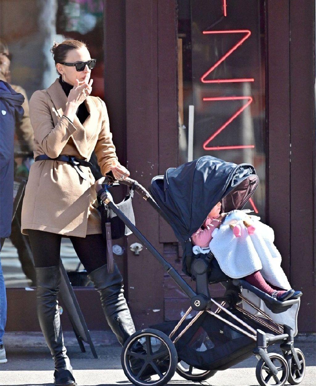 超模伊莉娜携女儿出街,178cm穿大衣配过膝长靴,看完彻底服了