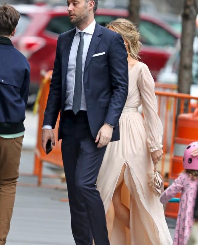 詹妮弗·劳伦斯纽约街拍,穿着一袭桃色连衣裙,显得分外娇艳