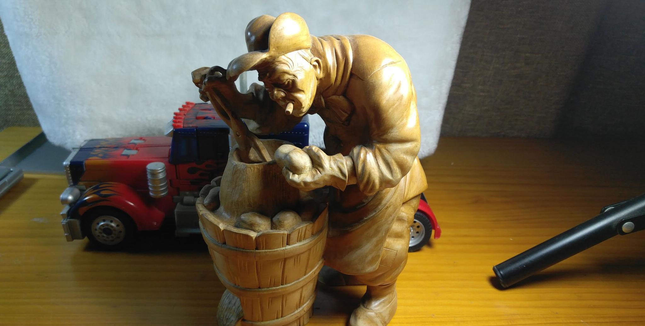 黄杨木雕:烤红薯的老人,香烟一叼,专注的神情有模有样