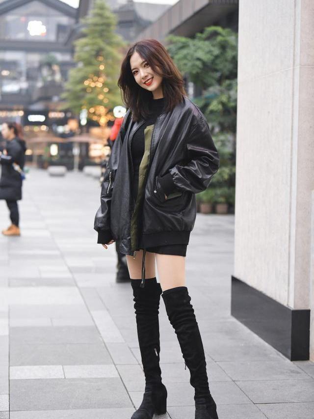街拍:紧跟潮流的小姐姐,搭长款驼色大衣,更显身姿苗条美感