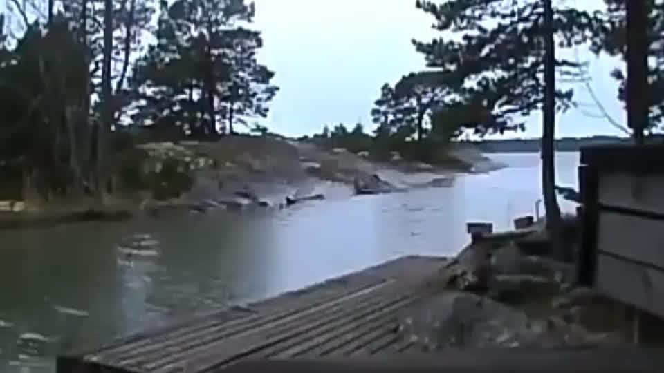 闪电击中河面整个河水都沸腾了河里面的鱼虾还好吗