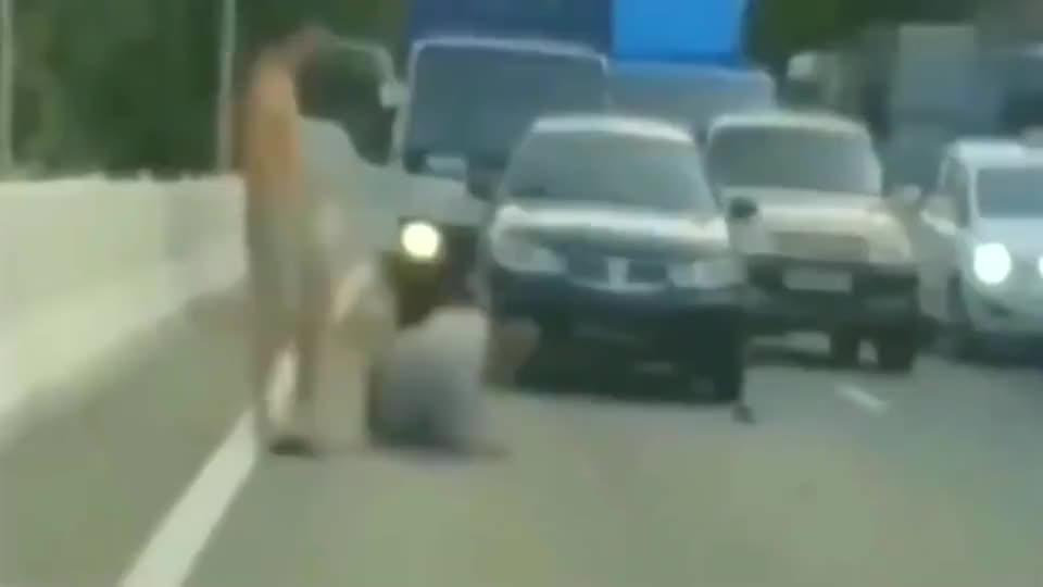 女友刚想拉架就被过肩摔下桥梁