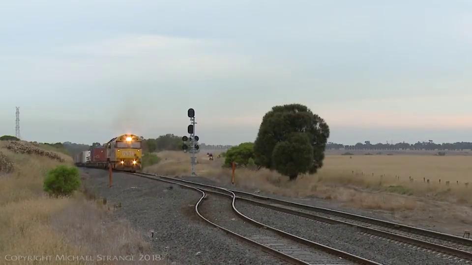 不服不行,舅服你,小伙子骑摩托追赶火车,难道是梁静茹给你的勇气