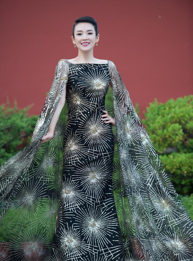 章子怡登戛纳红毯,一身银色鱼尾裙优雅大气,展现东方美人的魅力