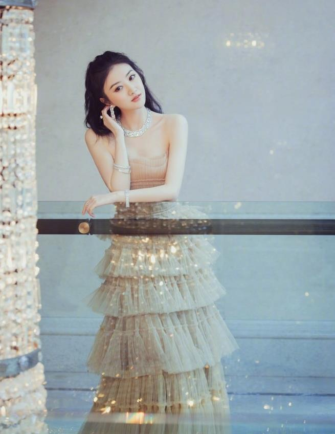 景甜一袭裸色抹胸层叠蛋糕裙甜美又性感,搭配璀璨珠宝闪耀又梦幻