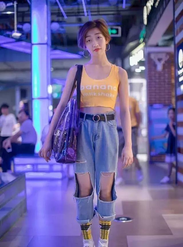 街头潮人女生的时尚运动鞋穿搭,搭配破洞牛仔裤,又飒又美显高
